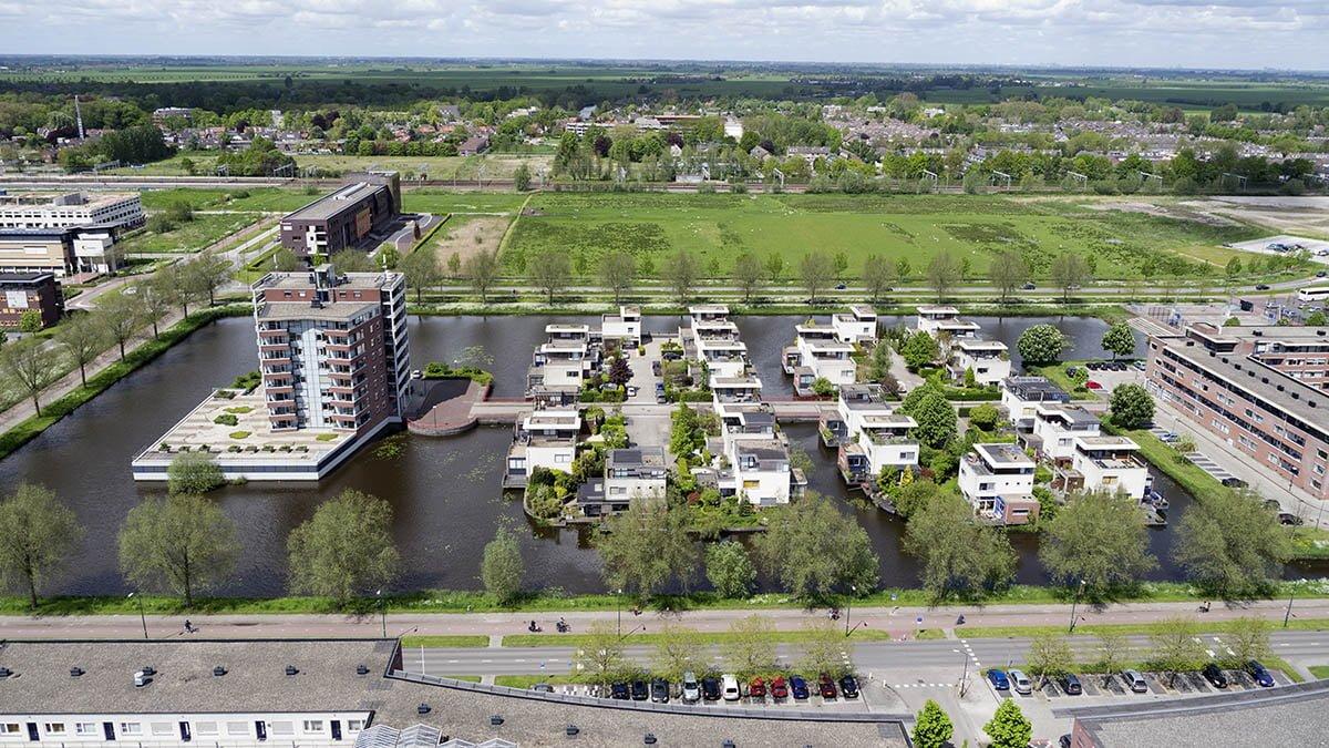 Deze luchtfoto is van een nieuwbouw wijk in Woerden