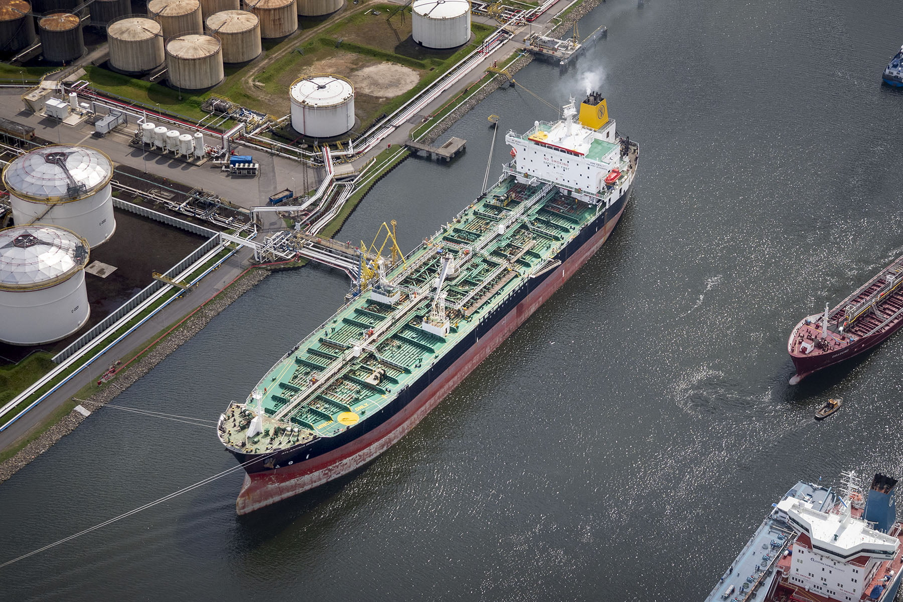 Luchtfoto's van havens en schepen door drone.