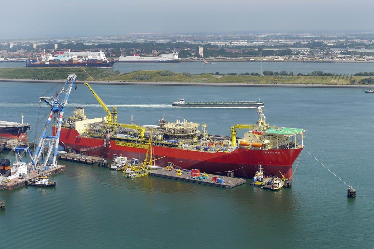 Een luchtopname van een schip in de Haven van Rotterdam