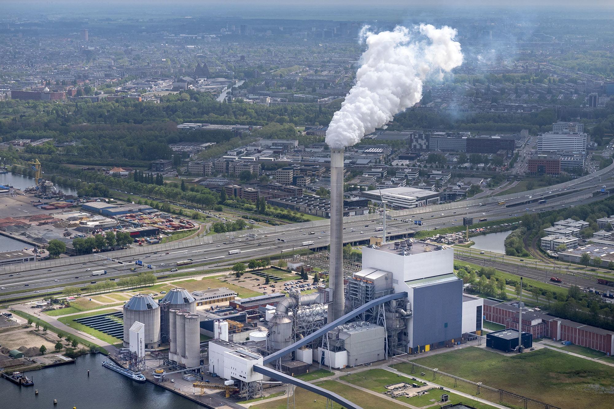 Luchtfoto van de kolencentrale in Amsterdam