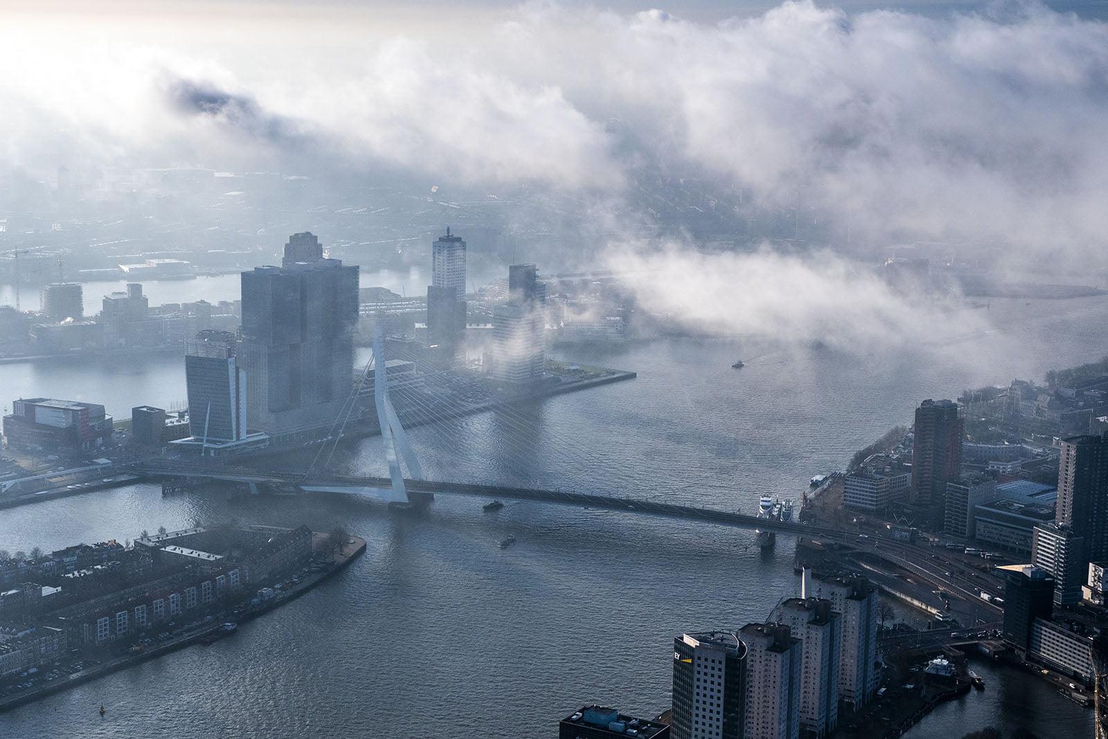 Luchtfoto Rotterdam in de mist